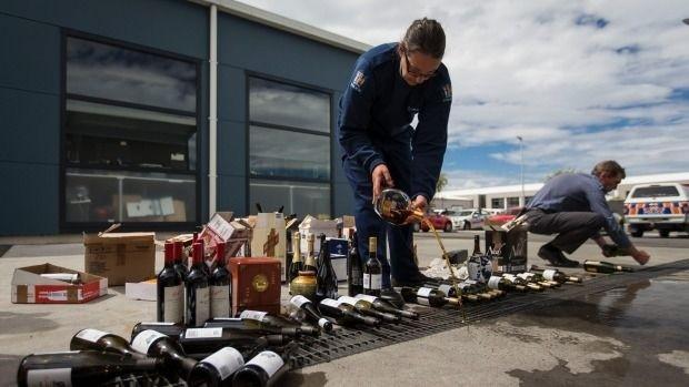 Полиция Новой Зеландии вылила 343 литра элитного алкоголя в канализацию