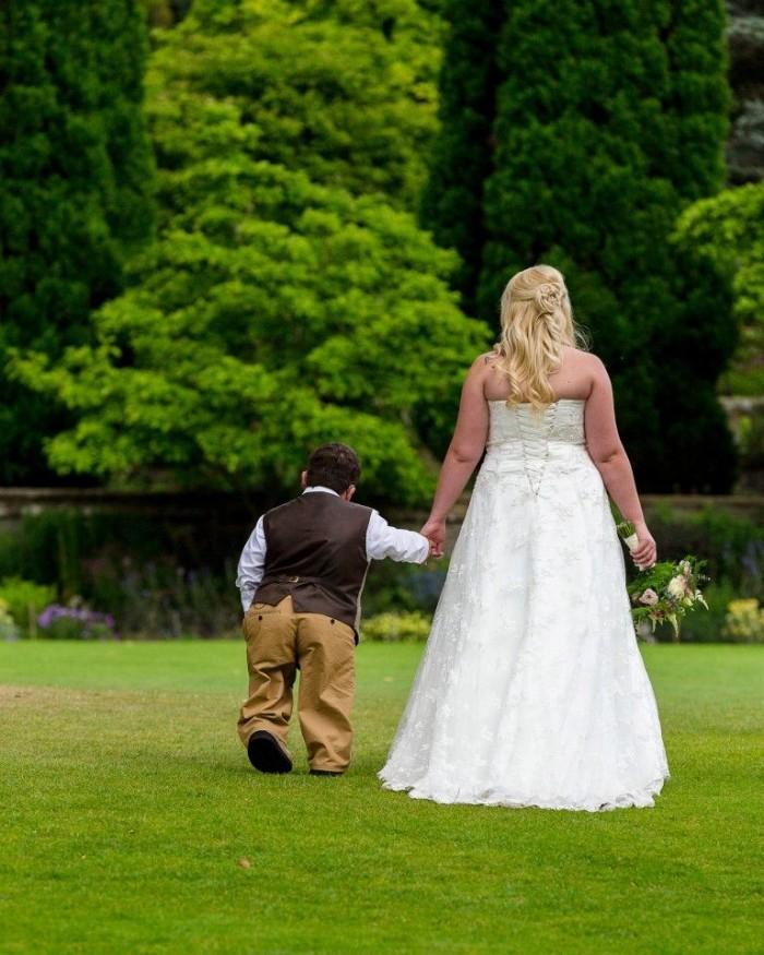 Жених-карлик вынужден был принести на свадьбу стремянку