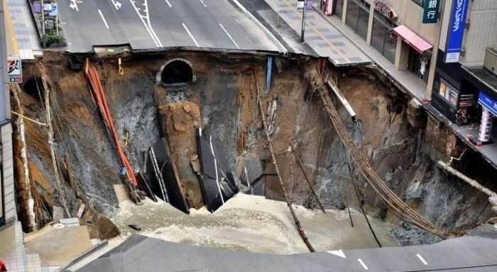 Гигантская воронка посреди шоссе в Японии