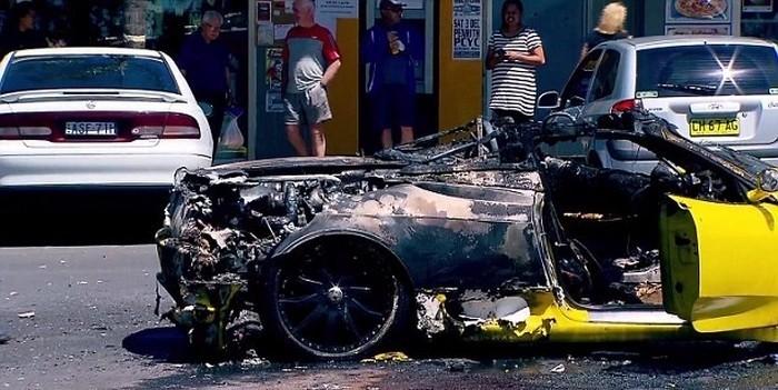 Пока владелец Ferrari тушил авто, у него украли деньги и ноутбук
