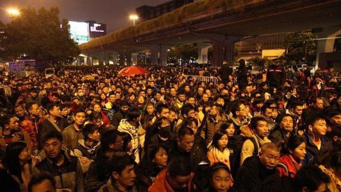 На станции Гуанджоу скопилось более 100 000 людей (9 фото)