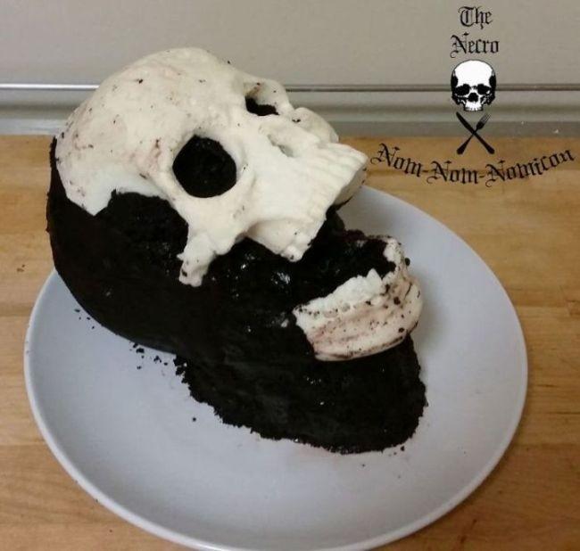 Американский кулинар готовит торты в виде окровавленных черепов