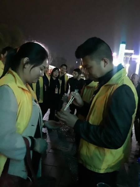 В Китае провинившихся работников заставили есть червей