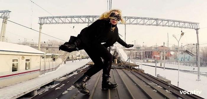 19-летняя девушка летает на крыше московских поездов в час пик
