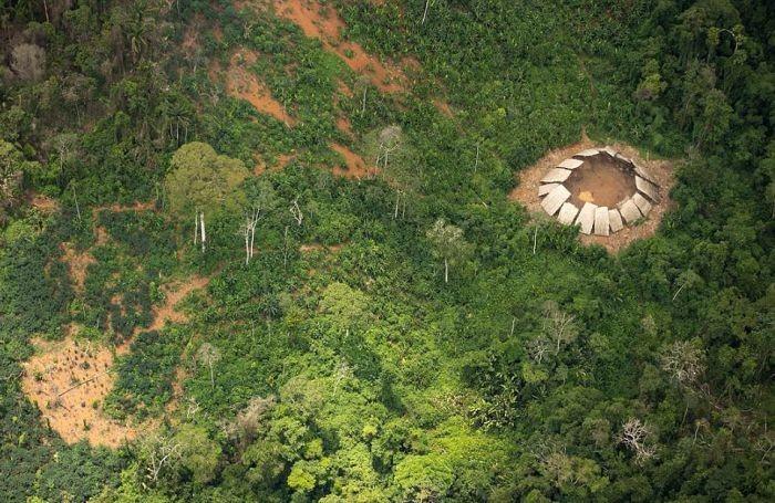 Найдено племя, которое никогда не контактировало с остальным миром (4 фото)