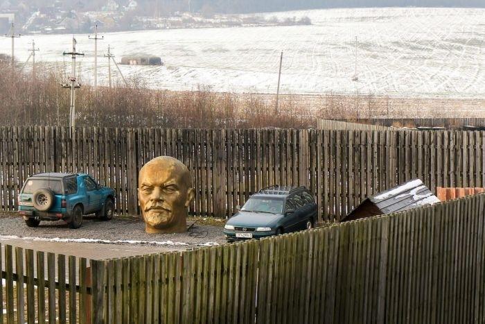 Под Минском «припарковали» гигантскую голову Ленина