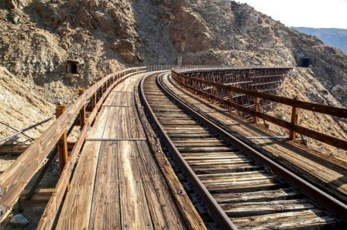 Заброшенная «Невозможная железная дорога» (18 фото)