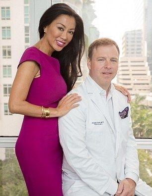 Пластический хирург проводит регулярный редизайн своей жены