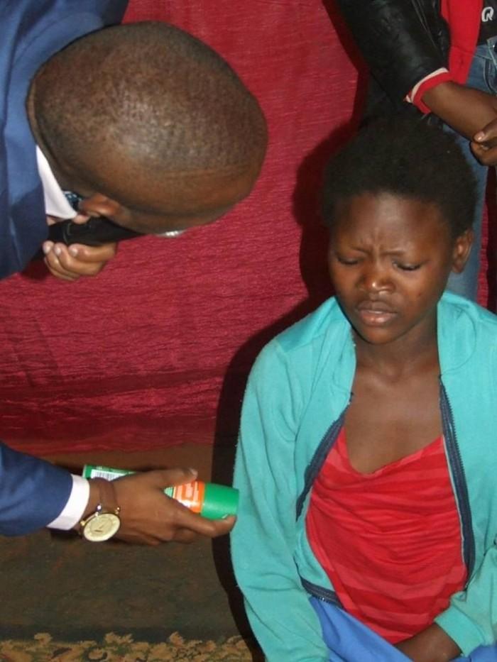 Африканский пастор лечил прихожан средством против насекомых