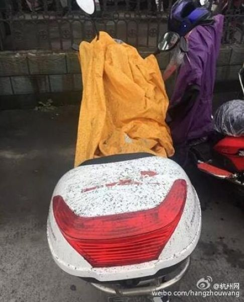 На головы китайцев выпал черный дождь