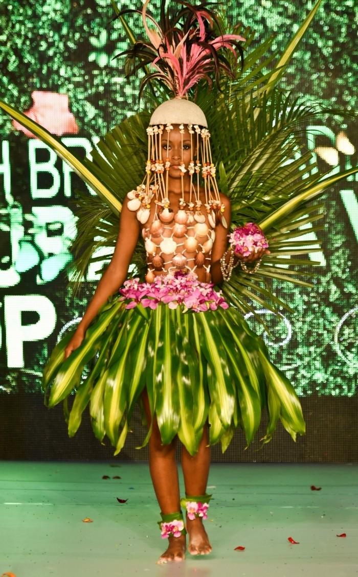 Наряды из растений на BioFashion Show