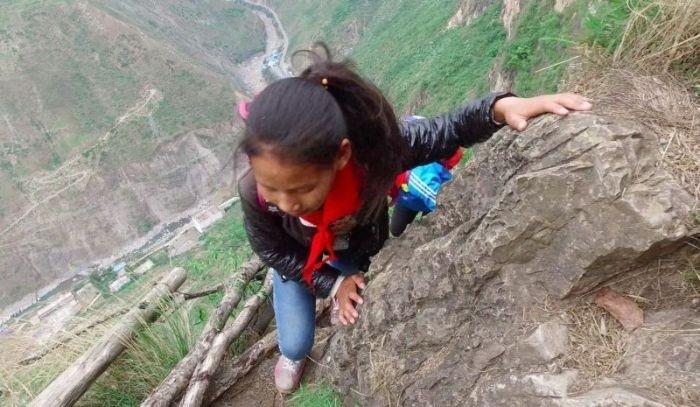 Власти Китая построили металлическую лестницу в горах для деревенских школьников