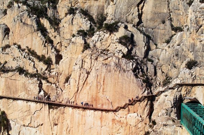 Фотографии с самых рискованных пешеходных путей в мире