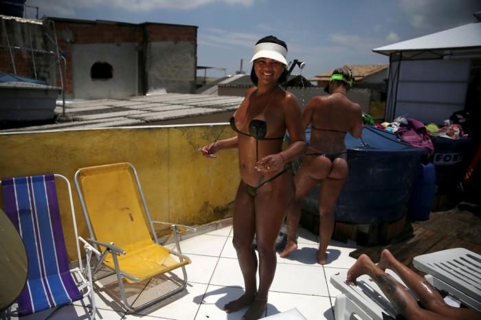 Бикини из изоленты стали новым трендом в Бразилии