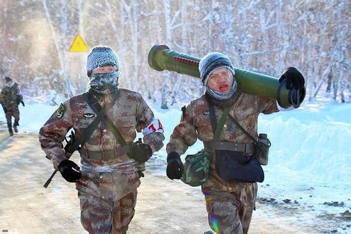 Марш-бросок китайских солдат при температуре -35 градусов