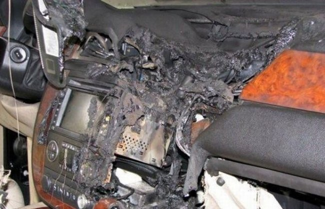 Взорвался мобильник в машине (5 фото)