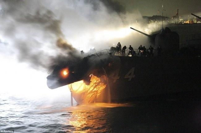 Эсминец против контейнеровоза (7 фото)