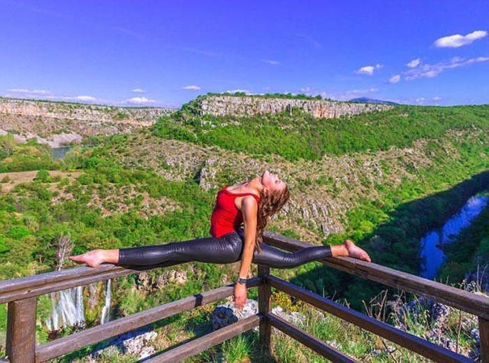 Девушка-пилот путешествует и демонстрирует позы из йоги (24 фото)