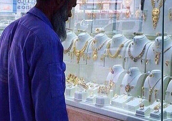 Жители Саудовской Аравии озолотили бедного уборщика (5 фото)