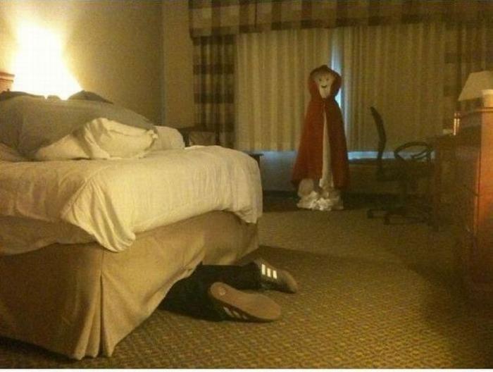 Шутки над горничными в гостинице (8 фото)