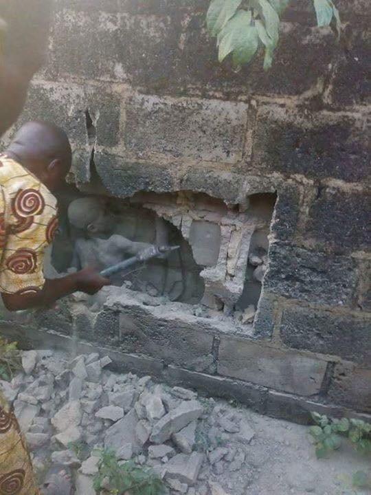 Шаманы три дня прислушивались к плачущей стене, прежде чем вытащили из нее замурованного подростка (4 фото)