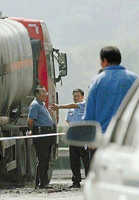 Как китайские чиновники за решетку угодили (5 фото)