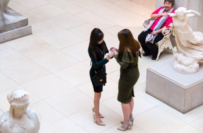 Реакция женщины,которая стала свидетельницей предложения руки и сердца (2 фото)