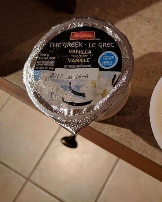 Чувак купил йогурт без крышки, но с набитой датой