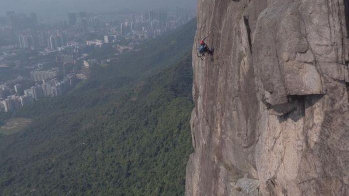 Парень в инвалидном кресле покорил 500-метровую скалу (7 фото)