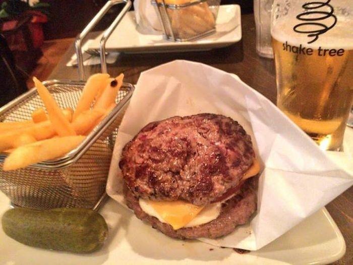 Гамбургер без булочек стал новым хитом в Японии
