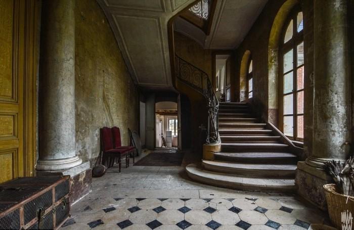 Заброшенный старый замок на севере Франции