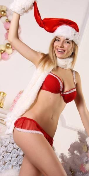 Очаровательные девушки готовятся к встрече Рождества и Нового года