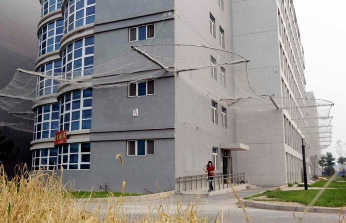 Новый способ борьбы с суицидом в Китае (3 фото)