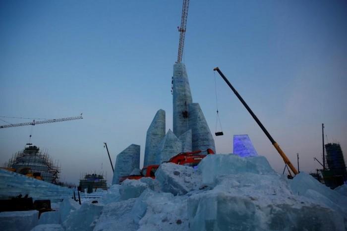 Город из льда на ежегодном зимнем фестивале в Китае