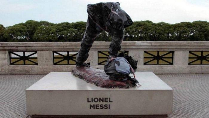 В Буэнос-Айресе вандалы спилили часть памятника Лионелю Месси
