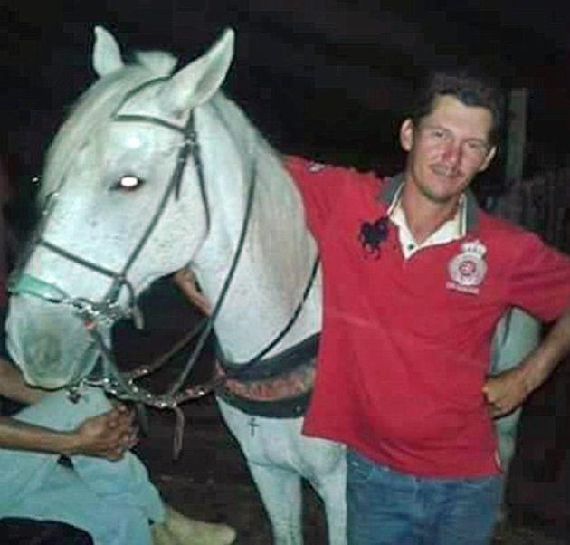 Душераздерающие фото: лошадь прощается со своим хозяином (5 фото)