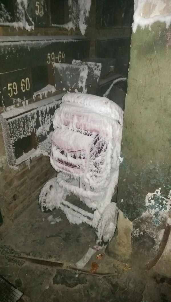 Ледяной подъезд общежития в Республике Коми