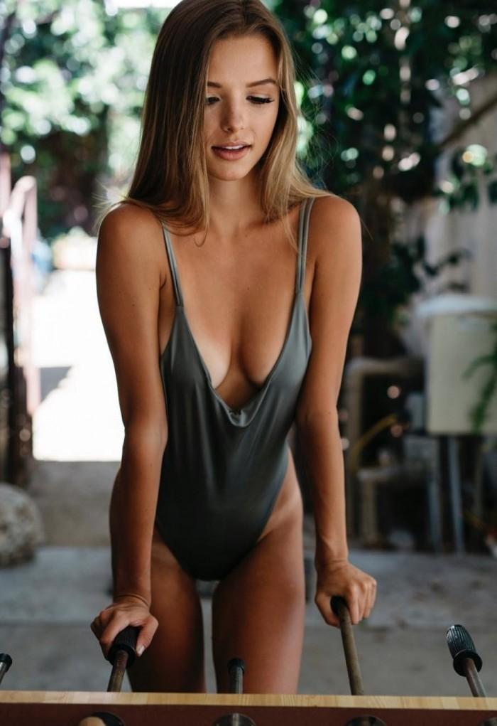 Девушки в белье и купальниках