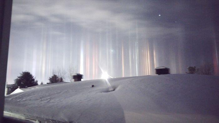В Канаде редкое природное явление привело к появлению «световых столбов»