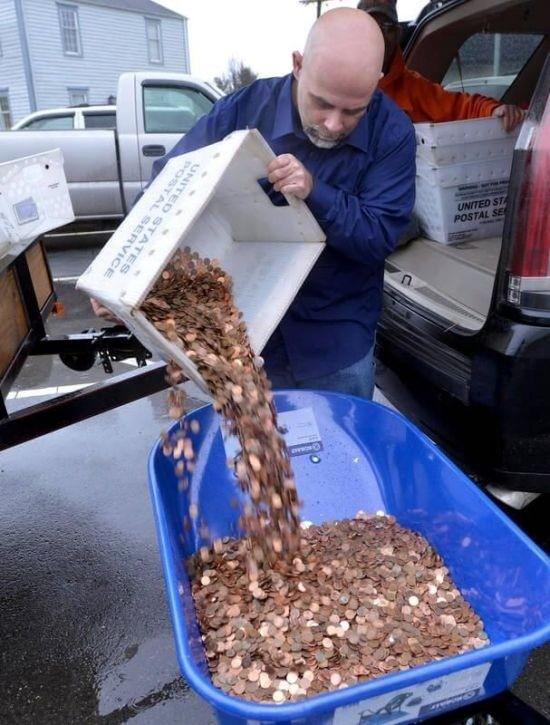 Американец проучил чиновников, выплатив налог 5 тачками монет