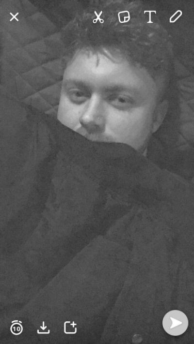 Парень сделал оригинальное фото, чтобы его девушка поверила в то, что он уже в постели