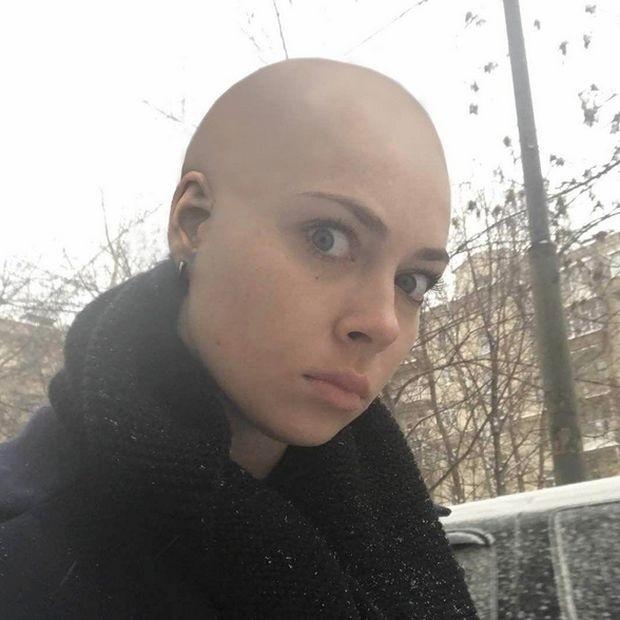 Актриса Настасья Самбурская побрилась налысо из-за проигранного спора