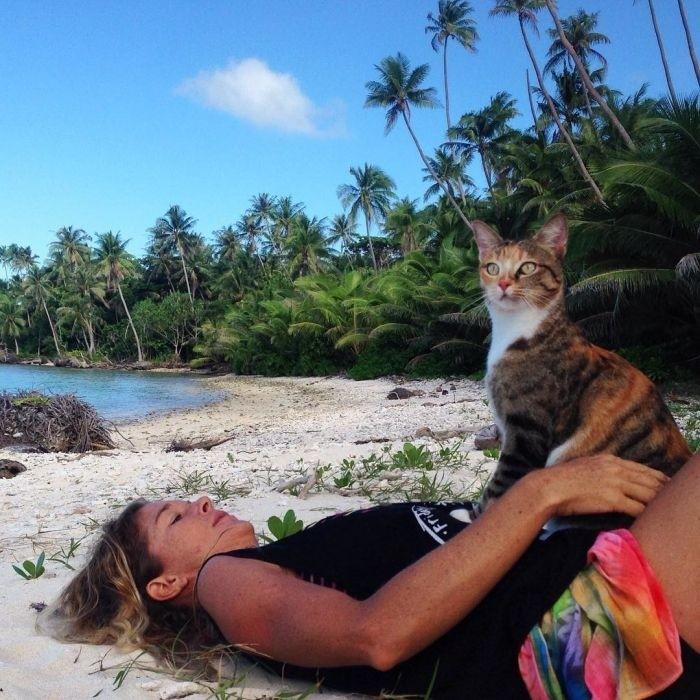 Американка путешествует на лодке с кошкой