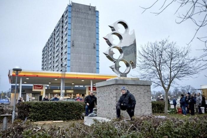 В Дании установили пятиметровый памятник кастету