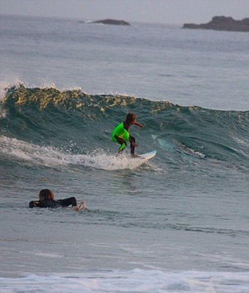 10-летний серфер случайно проплыл над белой акулой