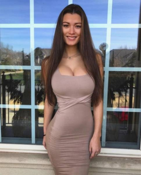 Девушки в облегающих платьях