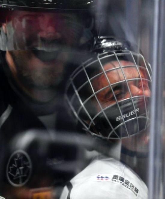 Хоккеист Крис Пронгер впечатал в ограждение Джастина Бибера