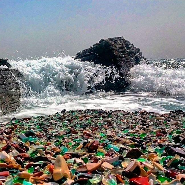Стеклянный пляж на месте бывшей свалки