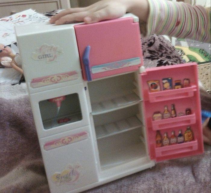 Сюрприз внутри детского игрушечного холодильника (3 фото)