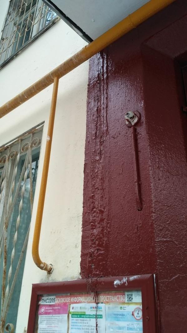 Московские коммунальщики покрасили лед на стене у входа в подъезд